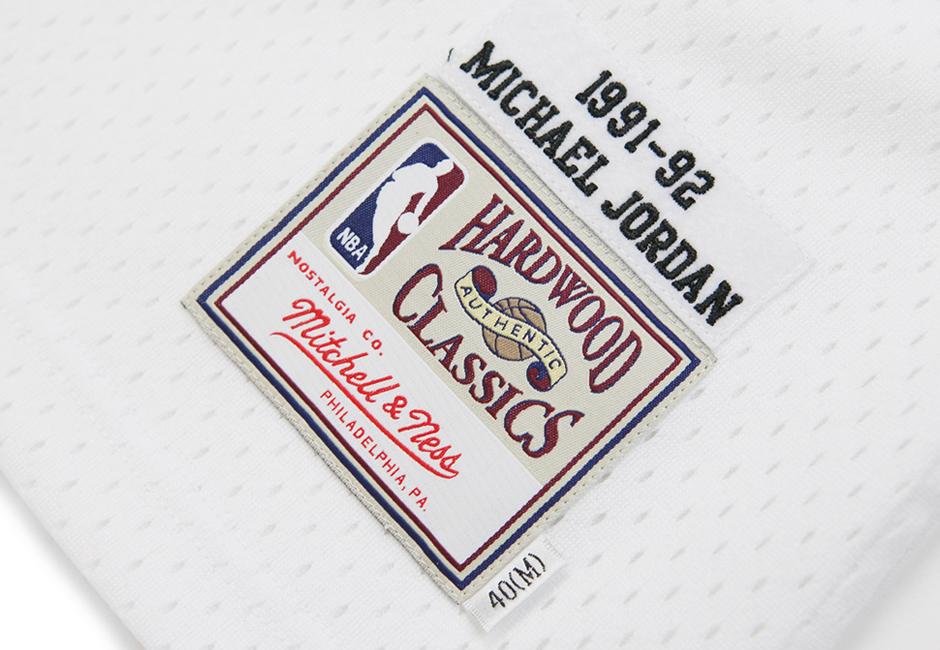 Michael-Jordan-Shrug-Mitch-and-Ness-012